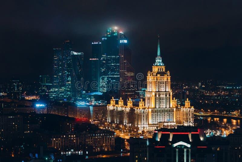 Bästa sikt till Moskvastaden och hotellet Ukraina från nya Arbat, Ryssland fotografering för bildbyråer