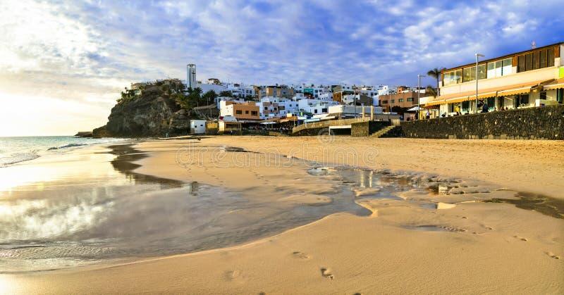Bästa ställen av Fuerteventura - sceniska Morro Jable med den stora stranden i söderna, kanariefågelöar royaltyfri bild