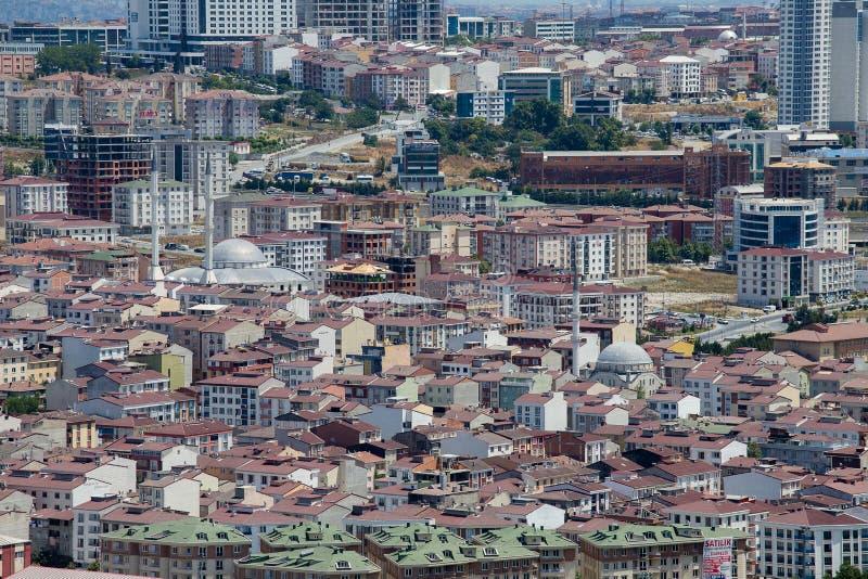 Bästa stads- sikt av lotthus i den Istanbul staden, Turkiet Fullsatta röda tak och moské arkivbild