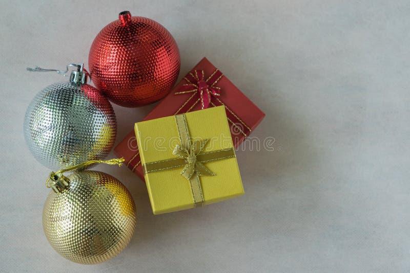 Bästa tabellsikt av röda gåvaaskar och färgrik jul, silver royaltyfria foton