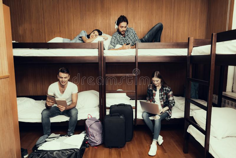 Bästa vän arbetar, att läsa, sover, lyssnar till musik royaltyfri fotografi