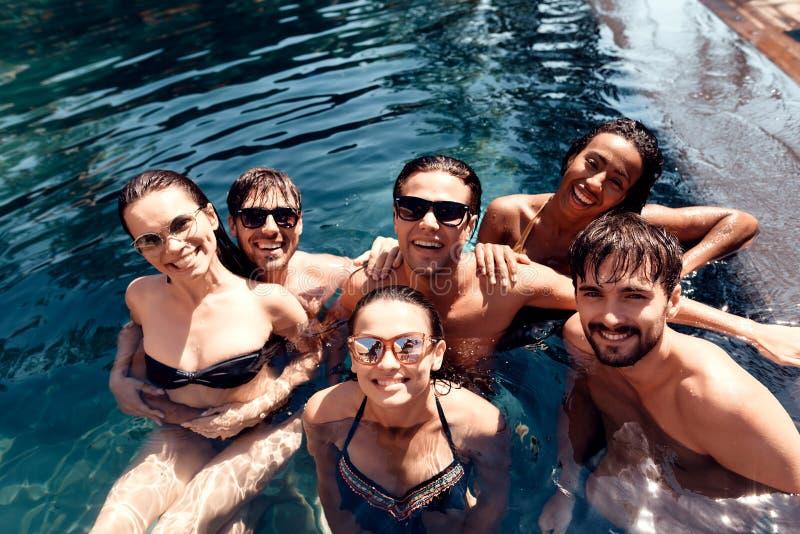 Bästa vän för sommarsemester tillsammans på simbassängpartiet Simbassängparti royaltyfri foto