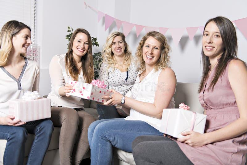Bästa vän på baby showerpartiet som firar ge ungematerial som gåva royaltyfria bilder