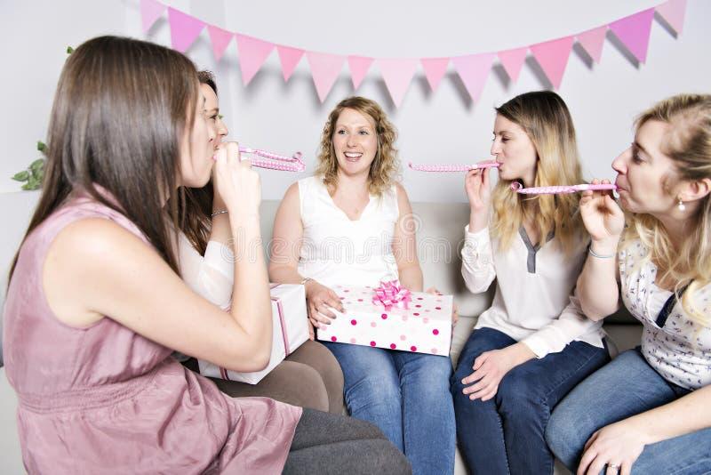 Bästa vän på baby showerpartiet som firar ge ungematerial som gåva fotografering för bildbyråer