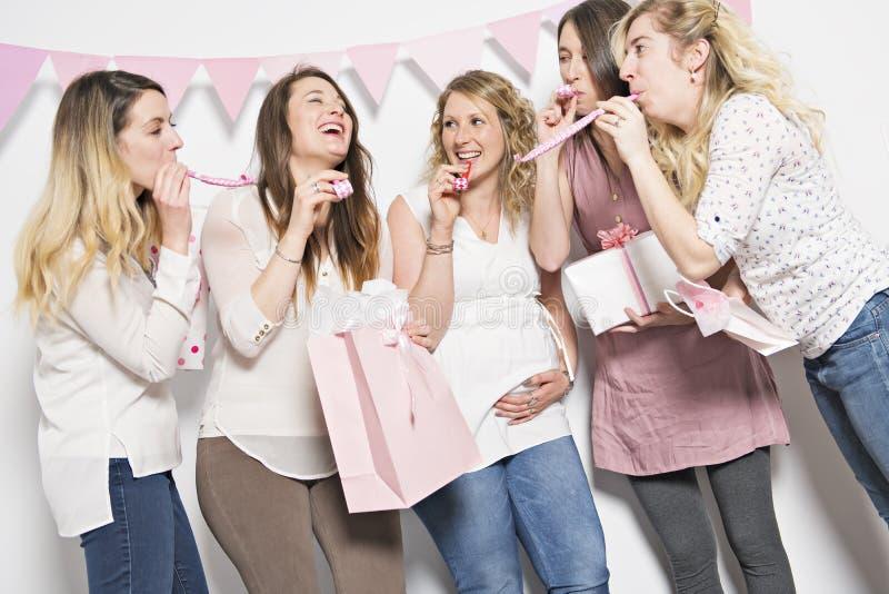 Bästa vän på baby showerpartiet som firar ge ungematerial som gåva royaltyfria foton