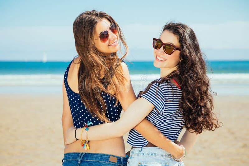 Bästa vän på stranden royaltyfri fotografi