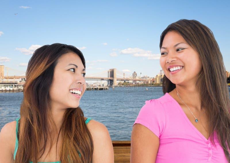Bästa vän som ler på de mot vatten och horisont arkivfoton