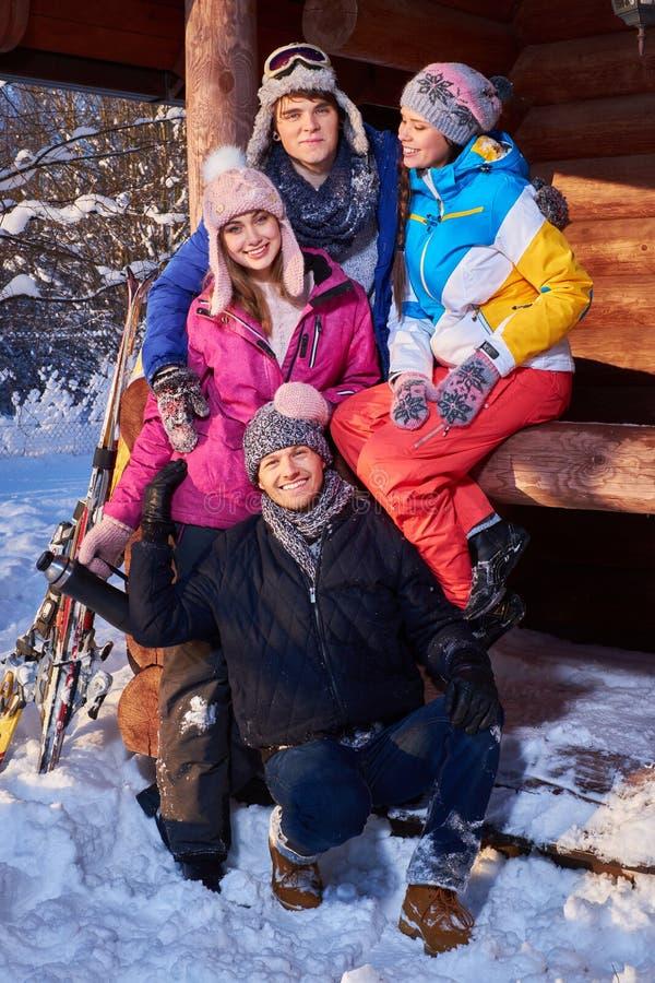 Bästa vän som spenderar vinterferier på bergstugan royaltyfri bild