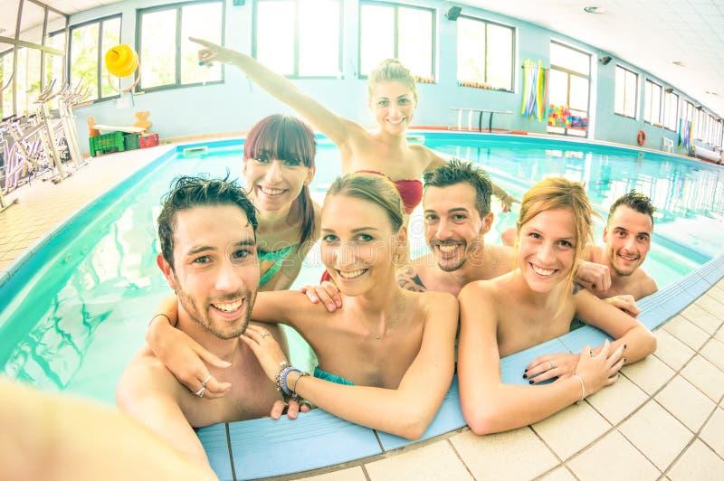 Bästa vän som tar selfie i simbassängen - lyckligt kamratskap arkivbilder