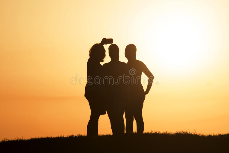 Bästa vän som tar selfie under solnedgång arkivfoto