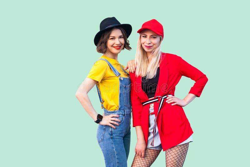 Bästa vän som tillsammans spenderar stor tid Stående av två härliga lyckliga trendiga hipsterflickor som står och poserar som ser arkivbilder
