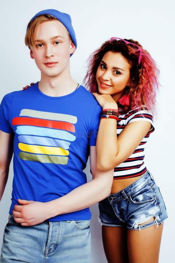 Bästa vän tonårs- flicka och pojke som har tillsammans gyckel, posera som är emotionellt på vit bakgrund, lyckligt le för par royaltyfri fotografi