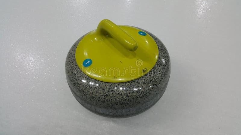 Bästa vinkelformig sikt av en krullande sten på vit hal is arkivfoton