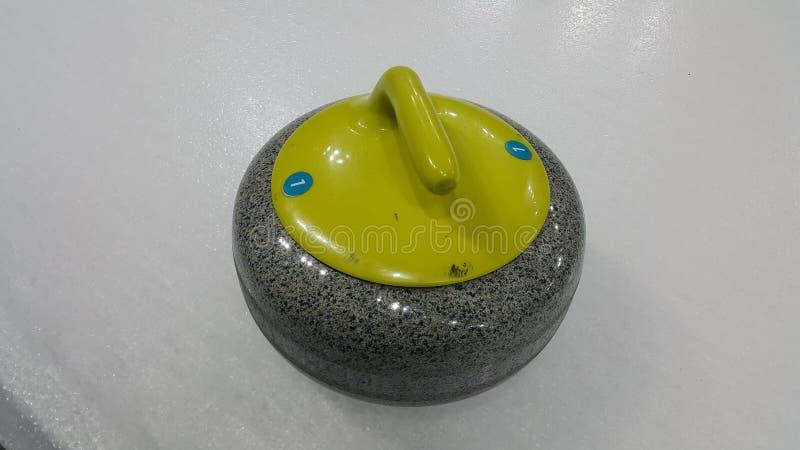 Bästa vinkelformig sikt av en krullande sten på vit hal is arkivfoto