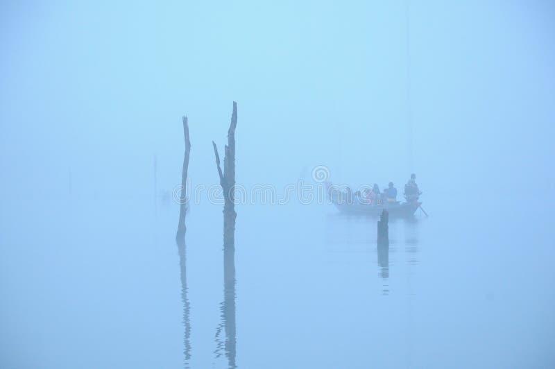 Bäume eines Bootes und des Todes lizenzfreies stockbild