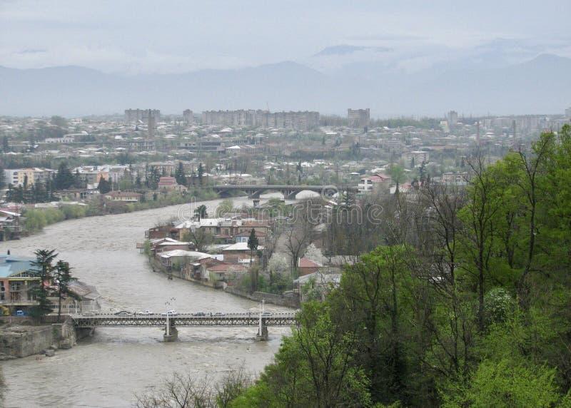 Bäume und Berge schmiegen sich einen Frühlingsfluß in Georgia an lizenzfreies stockfoto