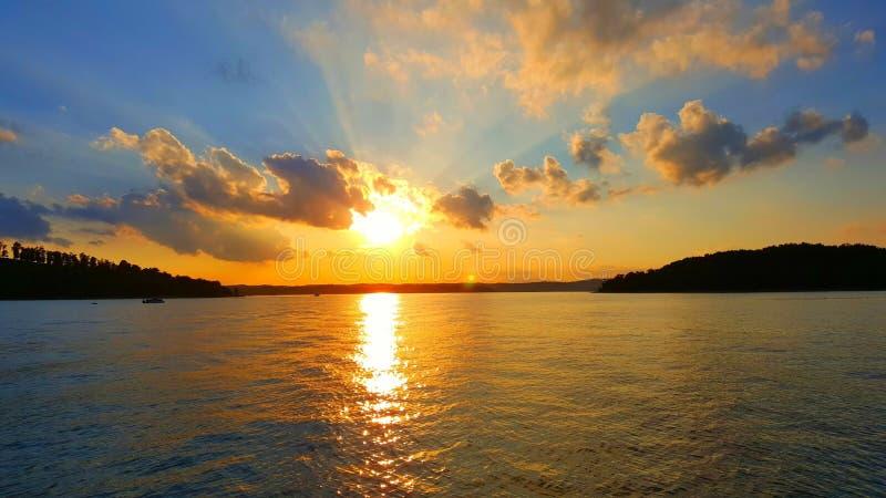 Bäver sjösolnedgång royaltyfri fotografi