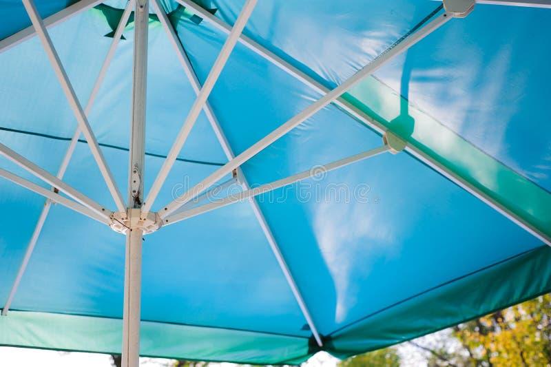 Błękita plażowy parasol jako słońce ochrona fotografia stock