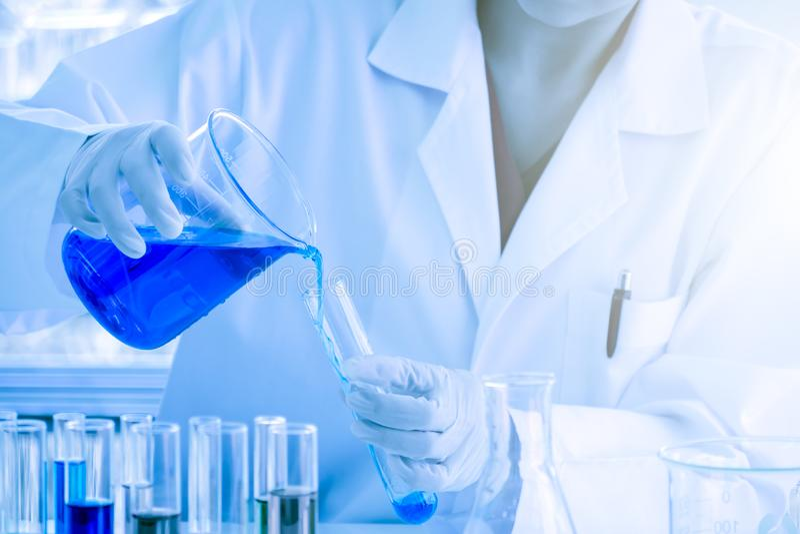 Błękitna ciekła substancja nalewał w próbną tubkę zdjęcie royalty free