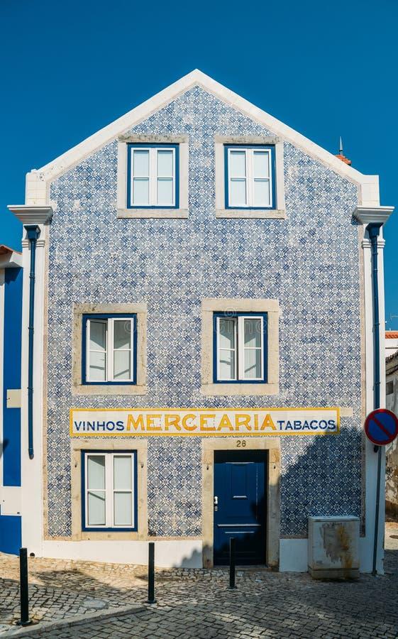 Błękitne portugalczyka stylu azulejo płytki na starym domu wewnątrz w Cascais, Portugalia fotografia royalty free