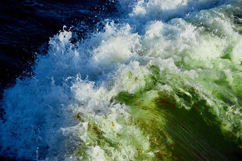 błękitnej zieleni woda w burzowym morzu obrazy stock