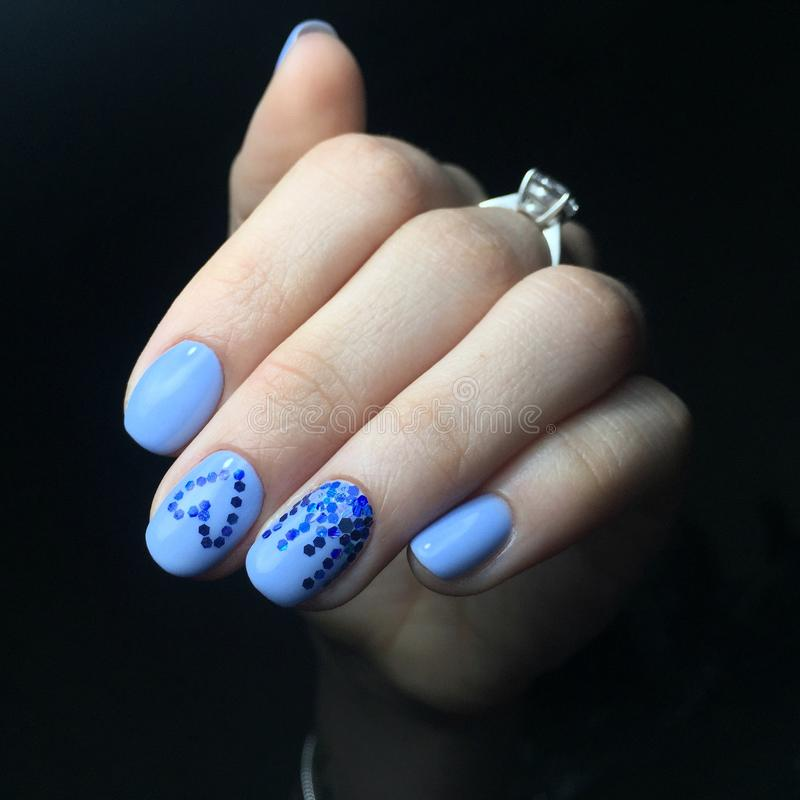Błękitny manicure na gwoździach Żeński manicure na ręce zdjęcie royalty free