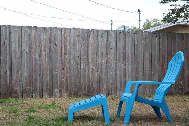 Błękitny plenerowy krzesło z footrest w podwórzu plastikowy słońca lounger fotografia stock