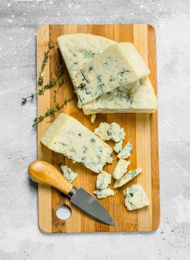 Błękitny ser na drewnianej desce zdjęcie stock
