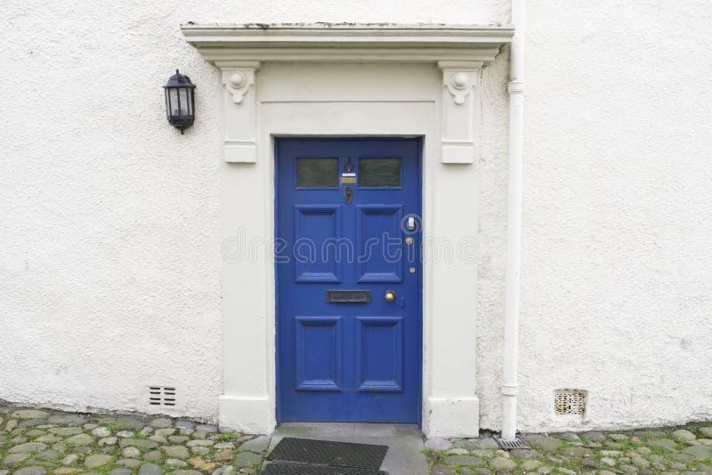 Błękitny stary drewniany drzwiowy nieociosany antyczny domowy wejście w Culross zdjęcie royalty free