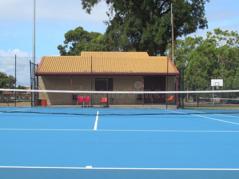 Błękitny tenisowy sąd z czerwonymi krzesłami, maniak barwił tenis jatę fotografia stock