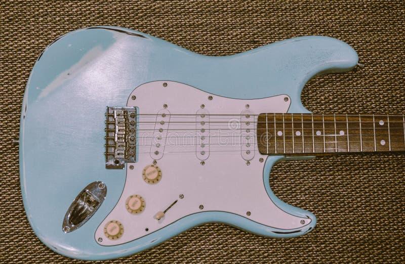 Bława gitara elektryczna w tekstury tle obrazy stock