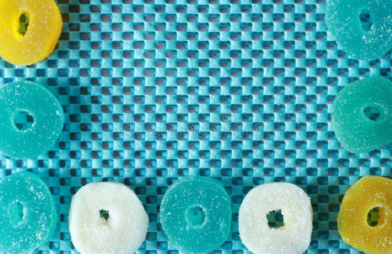 Bława pielucha i barwiący marmoladowy wzdłuż konturu Cukrowi słodcy Bożenarodzeniowi cukierki Gelatinous słodcy owocowi cukierki  zdjęcie stock
