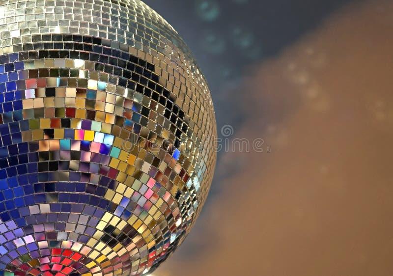 Błyszcząca lustrzana piłka z kolorowymi głównymi atrakcjami przy dyskoteką zdjęcia stock