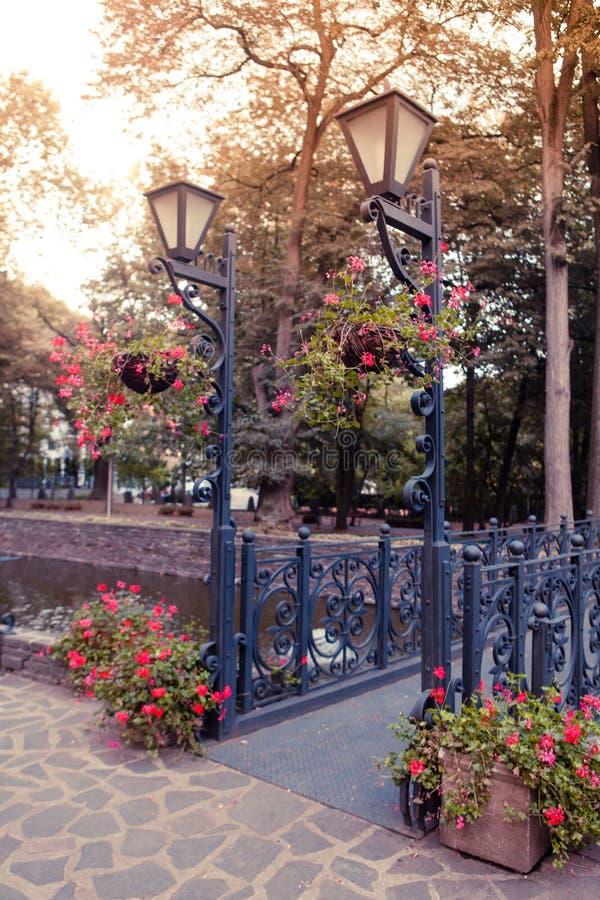 Båda lampa på bron royaltyfria foton
