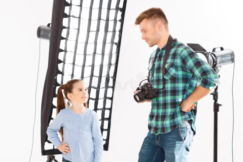 Både fotograf och modellanseende i samma royaltyfri bild