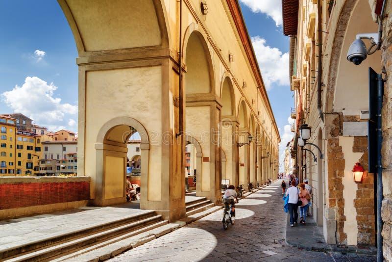 Bågar av den Vasari korridoren i Florence, Tuscany, Italien royaltyfri fotografi
