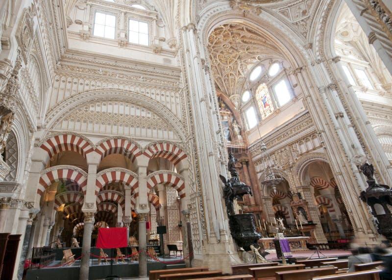 Bågar av Mezquitaen och den kristna domkyrkan royaltyfri foto