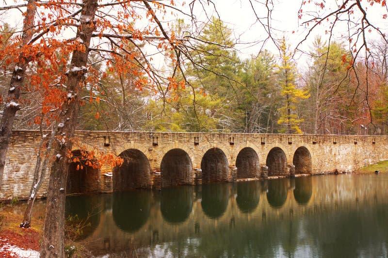 7 bågar bro och fördämning på Cumberland Mtn. Delstatspark arkivbild