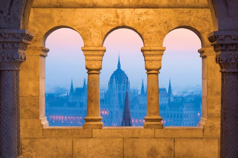 Bågar för sten för Budapest parlamentho royaltyfria bilder