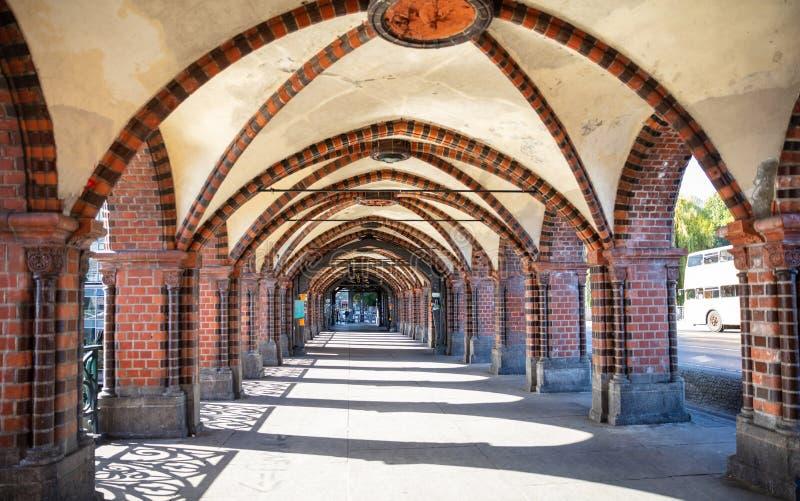 Bågar och kolonner, Oberbaum bro, Friedrichshain, Kreuzberg i Berlin Germany royaltyfri fotografi