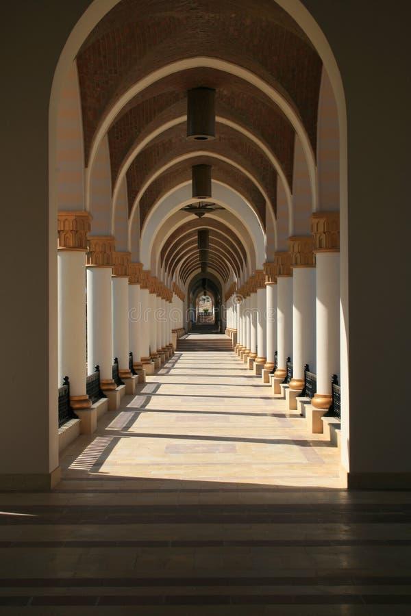 Bågar och kolonner som bildar ett nätt, går vägen royaltyfri foto