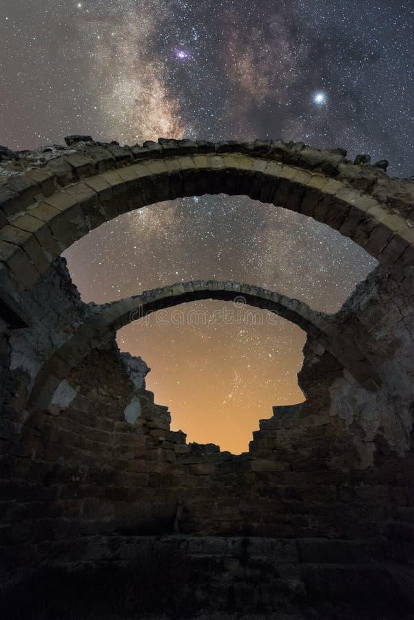 Bågar på natten royaltyfri fotografi