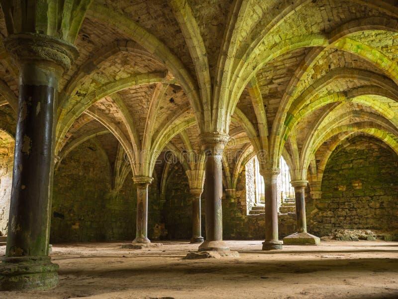 Bågar på stridabbotskloster på Hastings royaltyfri foto