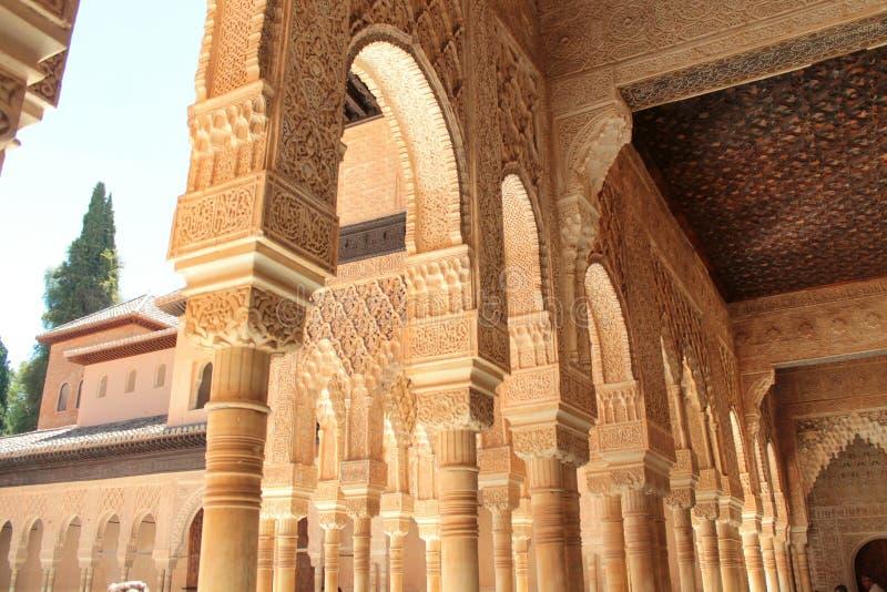 Bågarna av Alhambraen royaltyfria bilder