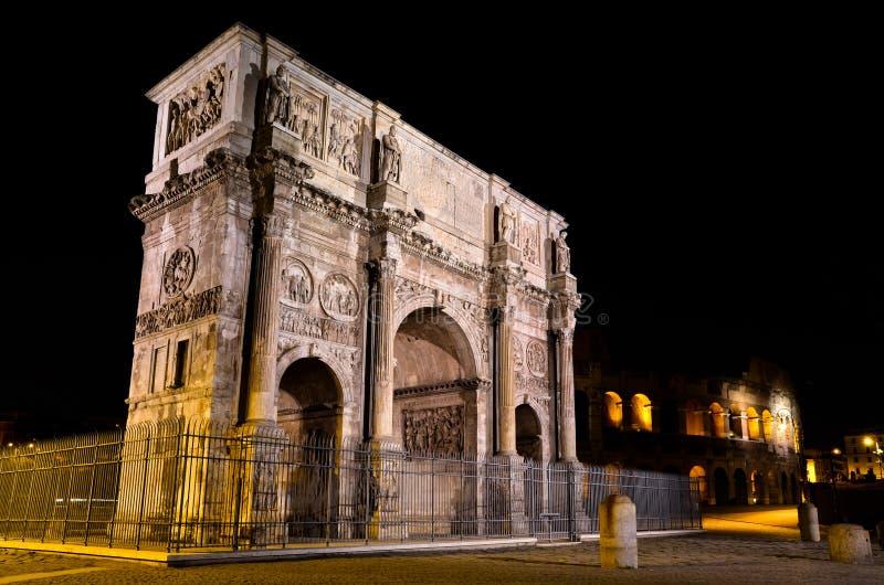 Båge av Constantine i Rome vid natt royaltyfria bilder