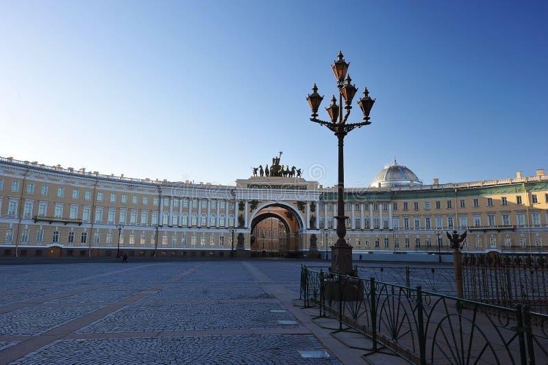 Båge av den allmänna personalen av armén i St Petersburg royaltyfri bild