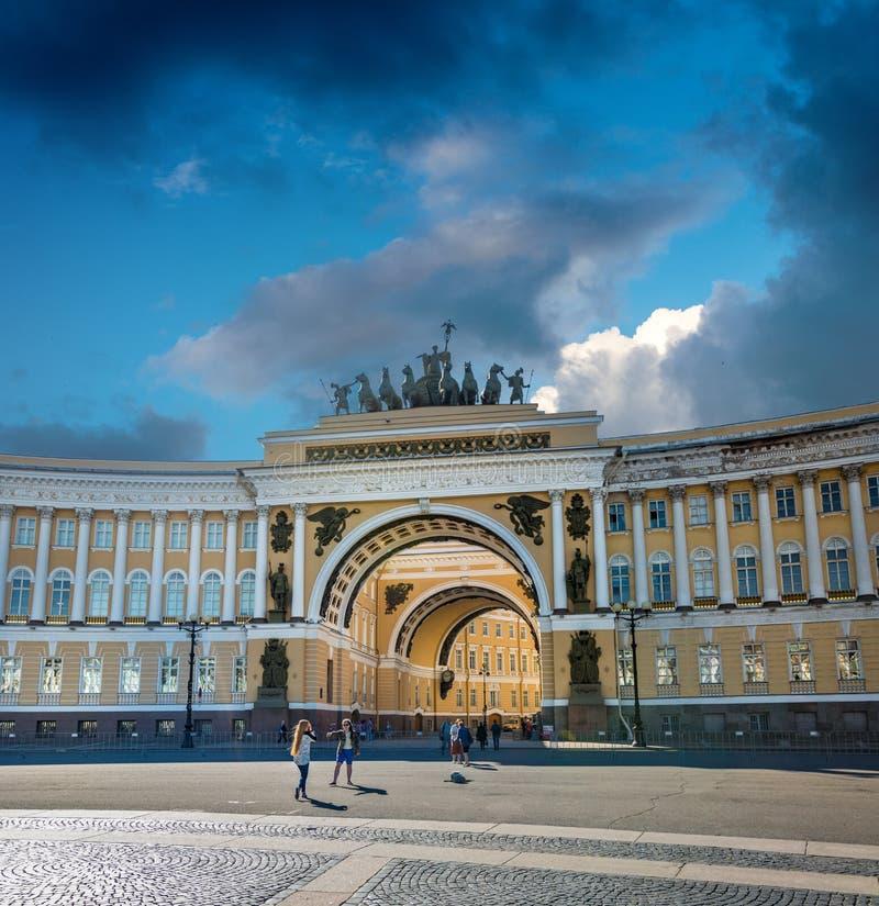 Båge av den allmänna personalen, St Petersburg, Ryssland arkivfoto