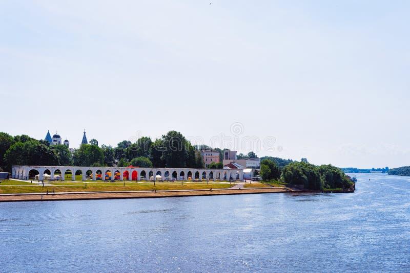 Båge av den Yaroslavl borggårdVolkhov floden i Veliky Novgorod, Ryssland royaltyfri bild