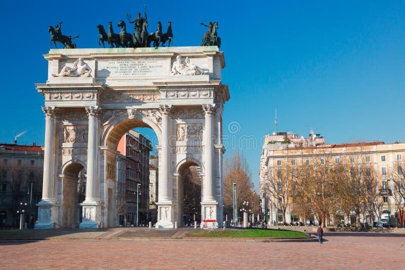 Båge av fred i Milan royaltyfri bild