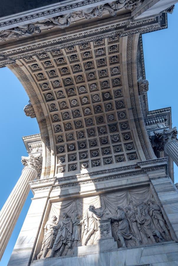 Båge av fred i Milan Milano Arco dellahastighet arkivfoto